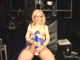 Nina hartley pleasures haar cookie met deze seks tool