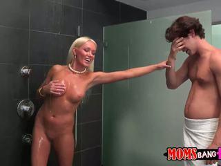 Guy finds seine gfs stiefmutter im die dusche
