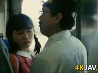Момиче gets пипнешком на а влак