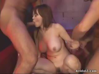 Rina wakamiya multi-tasks με duo cocks