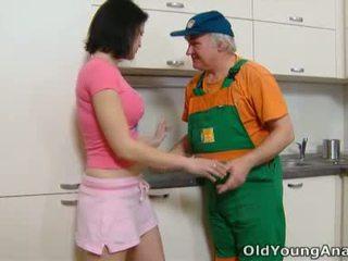 Dasha 是 waiting 上 她的 廚房 counter alone 在 一 粉紅色 outfit 今日