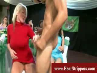 Apģērbta sievete kails vīrietis ballīte dāmas ar dziļi throat