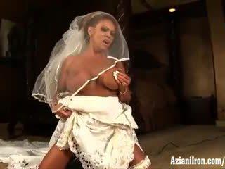 Aziani ijzer rijpere female bodybuilder rides sybian in huwelijk jurk