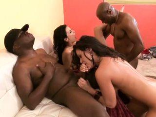 Interrazziale sesso a quattro con cazzo succhiare bianco sluts.