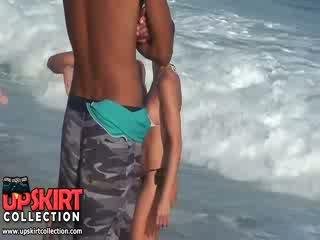 Ο warm θάλασσα waves are gently petting ο bodies του χαριτωμένο babes σε Καυτά σέξι swimsuits