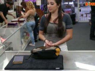 Didelis krūtys koledžas mergaitė trades į jos putė už dalis pinigai