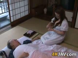 Krūtinga japoniškas namų šeimininkė