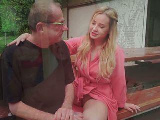 Solis tētis fucks jauns pavēlniece licking viņai pēdas sperma uz