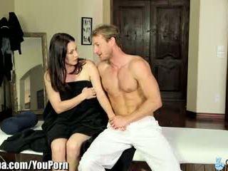 Curvy मिल्फ rayveness ट्रिक्ड में फक्किंग masseur