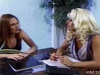 Nikki steele 和 deva 站 吸吮 的阴户 在 热 女同志 视频