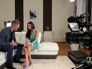 Itališkas glanour mažutė gets interviewed prieš analinis seksas