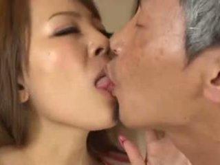 Tettona asiatico having an vecchio uomo succhiare suo seni