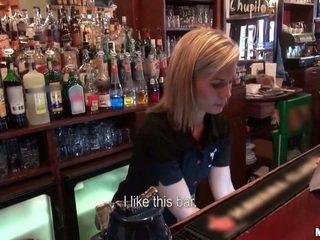 Kas norėjo į šūdas a barmaid?