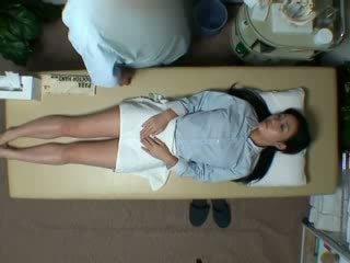 Spycam reluctant femme seduced par masseur