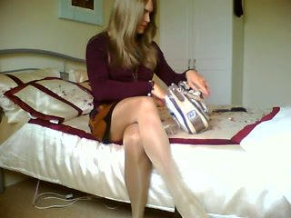 Blondine crossdresser is roken alone