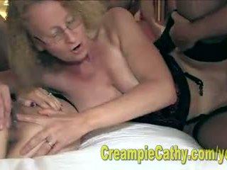 Alanna と cathy 食べる a クリームパイ