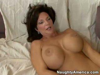 Uzbudinātas mammīte deauxma receives a svaigs load no sperma uz ka boyr mute