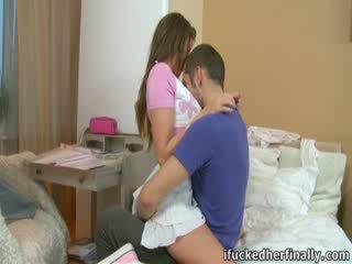 Seksi perempuan nastya separates dia langsing tungkai kaki.