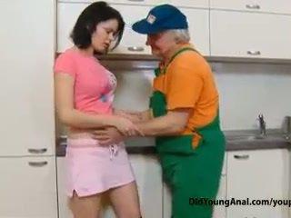 Neslušné násťročné dievča pays an starý repairman pre práca s ju mladý tesné asshole