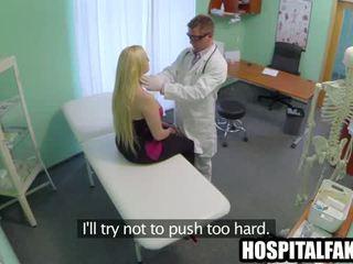 Thick blonda pacient gets gol pentru ei medic