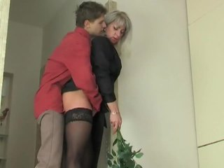 แม่ผมอยากเอาคนแก่ ผู้หญิงสำส่อน seduces หนุ่ม เด็กผู้ชาย