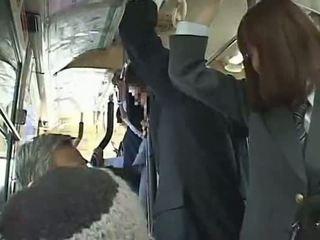 Skolniece piespiedu minēts uz autobuss