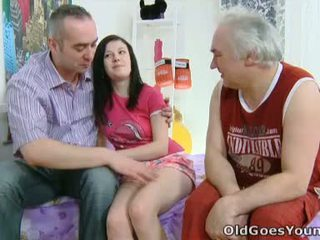 Alena e dela homem are juntos em cama e ele has an mais velho amigo