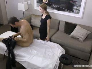 Massage pute lola chasseur gets heureux avec son client il has une énorme bite