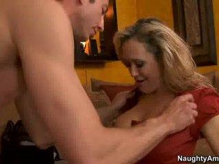 Cougar brandi liefde thumps an ontzagwekkend weenie alle rigid in haar sappig heet mond