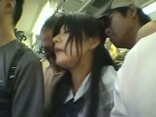 シャイ 女の子 gangbanged で a 公共 列車