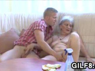 قديم تنظيف سيدة gets مارس الجنس بواسطة ل شاب guy