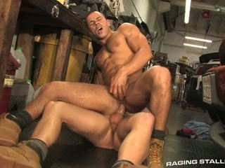 Sexy mechanic brian sees buddy chris crankin của anh ấy to shaft