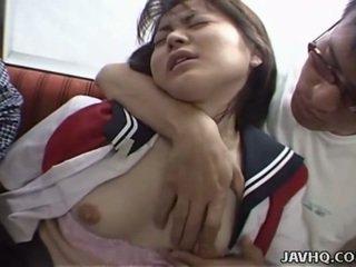 Japānieši pusaudze uz skola uniforma has trijatā