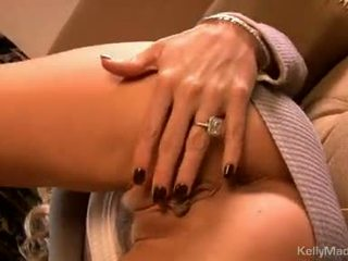 Kelly madison alat mainanan beliau moist seksi pada yang sofa