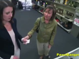 Leicht kunde takes schwanz im sie haarig fotze für dollars