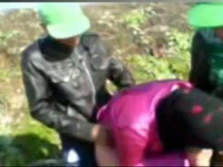 Kuuma egyptiläistä tyttö perseestä mukaan tow man's sisään maatila