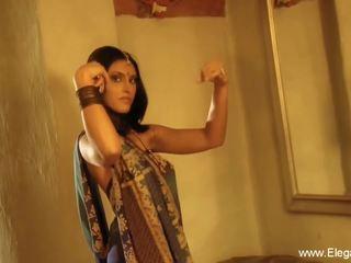 Indisk cougar flashes henne kroppen, gratis eleganxia hd porno ee