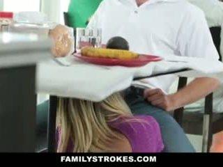 Družina strokes- step-mom teases in fucks step-son