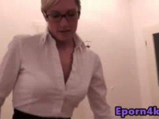 Resolusi tinggi seksi rambut pirang mama wants jilatan alat kemaluan wanita untuk stepgir