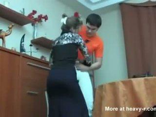 러시아의 엄마 겁에 질린 그녀의 아들 masterbating