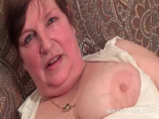 Chesty reif satisfies puss mit dildo