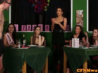Femdom apģērbta sievete kails vīrietis reverse banda bang līdz waiters
