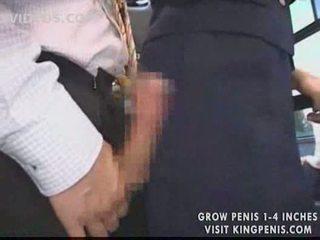 Gros seins hôtesse public branlette en la bus