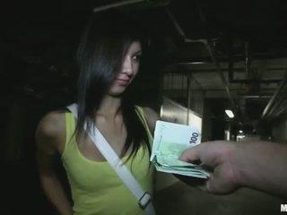 Aprótermetű főiskolás lány stuffed mert pénz