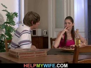Starý človek pays a pizza osoba na bump jeho teenaged manželka