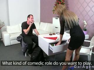 Female agent gets výstrek na ju noha od guy na kásting