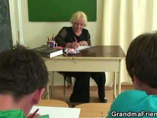 Two studs faen gammel skole lærer