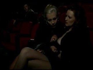 Alduterio italiano vì ragazze al rạp chiếu phim