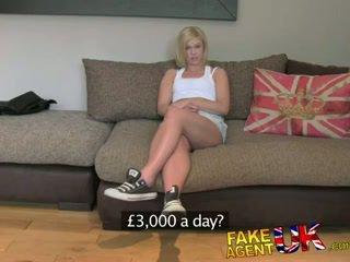 Fakeagentuk britisk blond milf devours kuk til kontanter