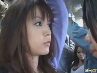 Sub fusta lovitură de o draguta chinez în o crowded autobus